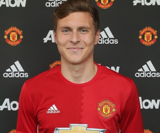 Manchester United seal the signing of central defender Victor Lindelof from Benfica on a four-year deal.