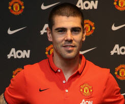 Manchester United announced that Victor Valdes has signed an 18-month contract with the option to extend for a further year.