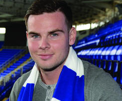 Reading have signed midfielder Danny Guthrie following the expiry of his contract at Newcastle United.