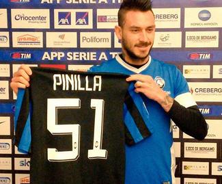 Mauricio Pinilla has completed his move from Genoa to Atalanta.