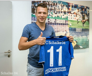 Schalke have signed Ukraine winger Yevhen Konoplyanka on a one-year loan from Sevilla.