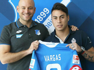Hoffenheim have signed Chile forward Eduardo Vargas from Napoli to compensate for the departure of Roberto Firmino to Liverpool.