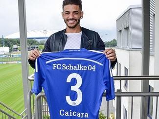 Bundesliga side Schalke 04 have completed the signing of Brazilian right-back Júnior Caiçara.