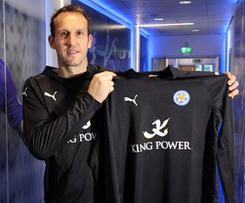 Leicester City have signed keeper Mark Schwarzer on a free transfer from fellow Premier League club Chelsea.