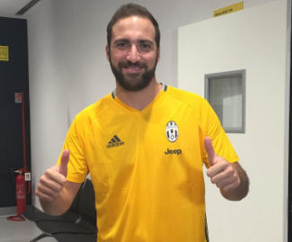 Juventus sign Gonzalo Higuain from Napoli for €90m on contract until 2020.