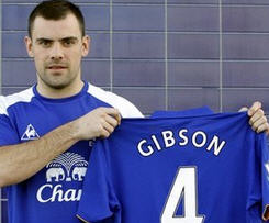 Everton have completed the signing of Darron Gibson from Manchester United on a four-and-a-half year deal for an undisclosed fee.