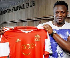 Southampton have signed Celtic midfielder Victor Wanyama for £12.5m.