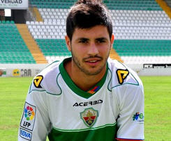 Valencia has announced that 20-year-old midfielder Carles Gil will again spend the coming season on loan at newly promoted side Elche.