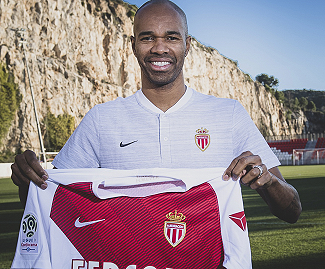 Monaco have confirmed the signing of veteran centre-back Naldo, on a one-year deal.