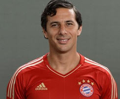 Claudio Pizarro signs with Bayern Munich.