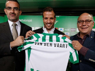 Netherlands international Rafael van der Vaart has signed a three-year deal with Real Betis.