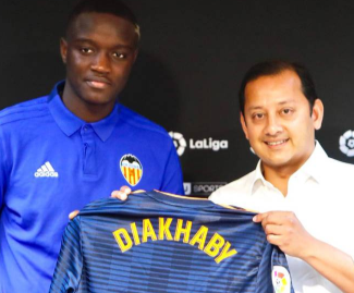 Lyon defender Mouctar Diakhaby has rejected the chance to join Everton to instead sign for Spanish side Valencia.