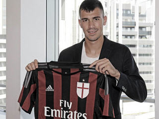 AC Milan have announced the signing of Alessio Romagnoli on a five-year deal from Roma.