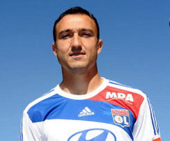French giants Lyon have announced on their official website that they have signed midfielder Steed Malbranque on a free transfer.