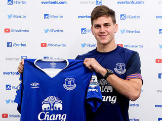 Everton have signed striker Leandro Rodriguez from River Plate Montevideo for a reported fee of £500,000.