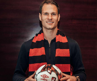 Bournemouth have signed keeper Asmir Begovic from Premier League champions Chelsea.