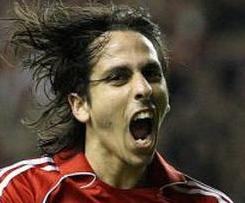 Chelsea have confirmed the signing of Yossi Benayoun on a three-year contract from Liverpool.
