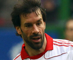 Malaga have confirmed the signing of experienced striker Ruud van Nistelrooy from Hamburg