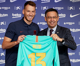 Barcelona have signed Brazilian goalkeeper Neto from Valencia for an initial 26m euros, plus 9m euros in add-ons.