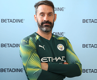 Manchester City have signed former England goalkeeper Scott Carson on a season-long loan from Derby.