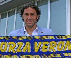 Former Italy striker Luca Toni has signed a one-year contract with Hellas Verona.