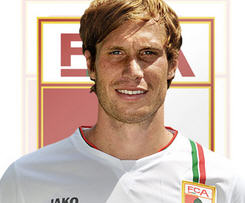 Former Bayern Munich midfielder Andreas Ottl has joined Augsburg on a two-year deal.
