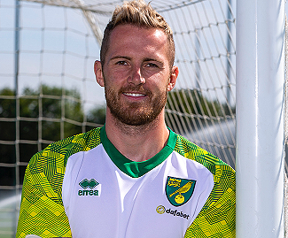 Norwich City have signed goalkeeper Ralf Fahrmann on a season-long loan from German club Schalke.