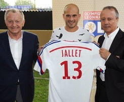 Lyon have completed the signing of right-back Christophe Jallet from Ligue 1 champions Paris Saint-Germain.