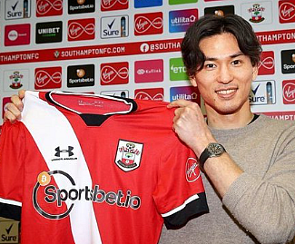 Liverpool forward Takumi Minamino has joined Southampton on loan until the end of the season.