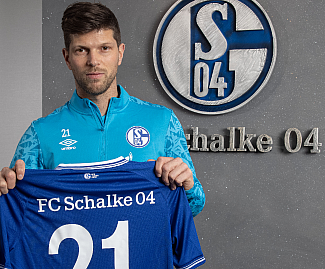 Schalke have signed 37-year-old striker Klaas-Jan Huntelaar on a contract until the end of the season.