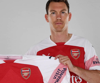 Arsenal have announced the signing of the Switzerland defender Stephan Lichtsteiner on a free transfer from Juventus.