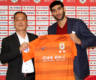 Manchester United midfielder Marouane Fellaini has completed his transfer to Chinese Super League club Shandong Luneng.