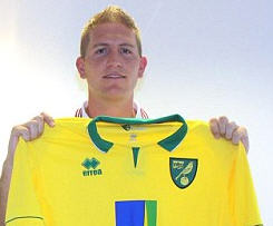 Norwich City have signed Sunderland defender Michael Turner for an undisclosed fee.