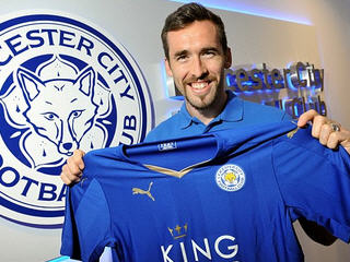 Leicester have signed the Austria defender Christian Fuchs on a free transfer after his exit from Schalke.