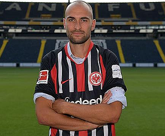 Dutch striker Bas Dost has completed a reported €7 million transfer to Eintracht Frankfurt from Sporting Lisbon.