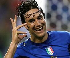Juventus have confirmed the signing of former Italy striker Luca Toni on a free transfer