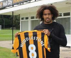 Premier League newcomers Hull City have signed Tom Huddlestone from Tottenham.