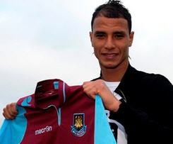 Arsenal striker Marouane Chamakh has joined West Ham on loan until the end of the season.