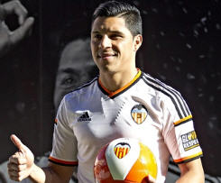 Valencia has unveiled new midfielder Enzo Pérez after the Argentina international completed his transfer from Portuguese club Benfica.