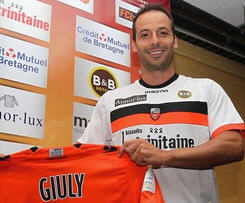Former France midfielder Ludovic Giuly has joined Lorient from Monaco, signing a one-year deal with the Ligue 1 club.